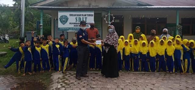 Al Maa'un, SDIT Muhammadiyah Manggeng Serahkan Bantuan Korban Banjir 1