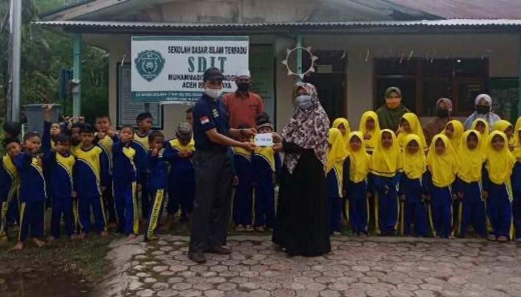 ACEH SDIT Muhammadiyah Manggeng Serahkan
