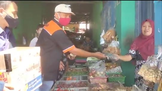 Gerakan Seribu Handsanitizer- Face Shield Pada Pedagang dan Pengunjung Pasar Larangan Sidoarjo 2