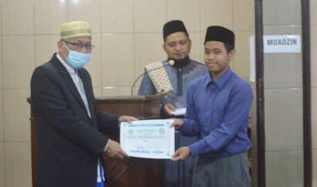Mudir Ponpes Munawaroh Kota Malang, Beri Sertifikat Public Speaking Santrinya 1