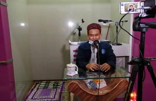 Usai Tausyiyah Isra'Mikraj, Ustadz Rokhmad Bagi Doorprize Pada Jama'ah 1