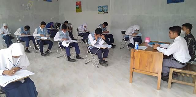 Santri SMP Plus Al Firdaus Ponpes Babussalam Ujian Sekolah Basis AKM 1