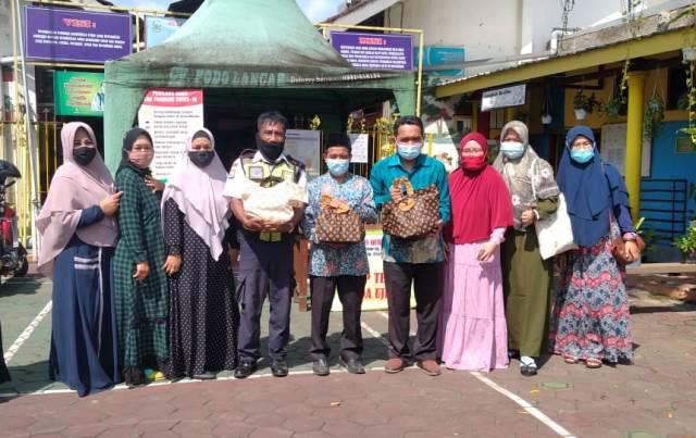 Mengharukan, Aksi Wali Murid Beri Bingkisan Pada Guru-Karyawan SD Qurrota A'yun 1
