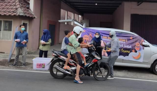 Siswa SMK Mugas Bagi Seribu Takjil, Lunas Daftar Ulang Bebas SPP 3 Bulan 1