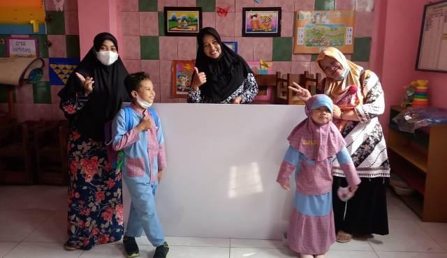 Paguyuban Wali Murid Sumbang Papan Tulis-Beri Hadiah Guru ABA 13 Kota Malang 1