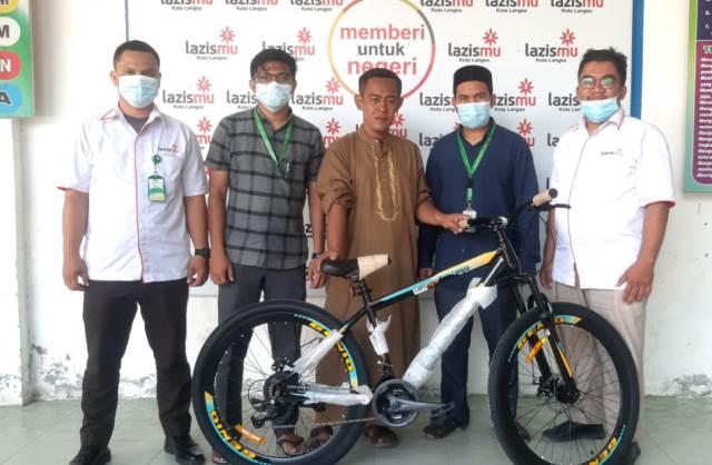 Dua Mustahik Ini Tidak Menduga Jika Dapat Sepeda Lazismu Kota Langsa 1
