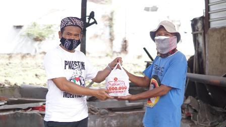 Ustadz Rokhmad PKS Kota Malang Cinta Rakyat Bagi Paket Qurban 1